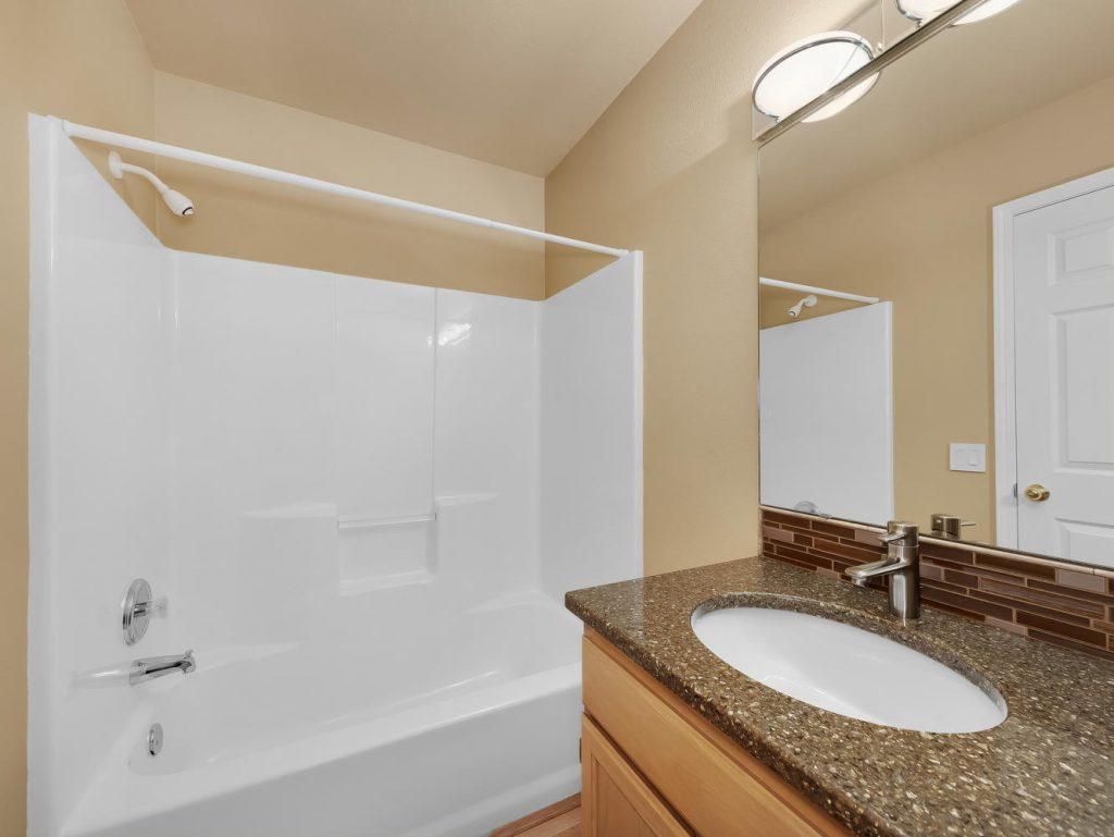7437 SW 32nd Ave Portland OR-large-026-014-Main Bath-1331x1000-72dpi