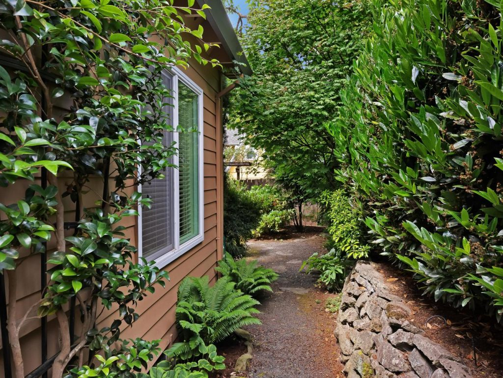 7437 SW 32nd Ave Portland OR-large-034-012-Garden Path-1331x1000-72dpi